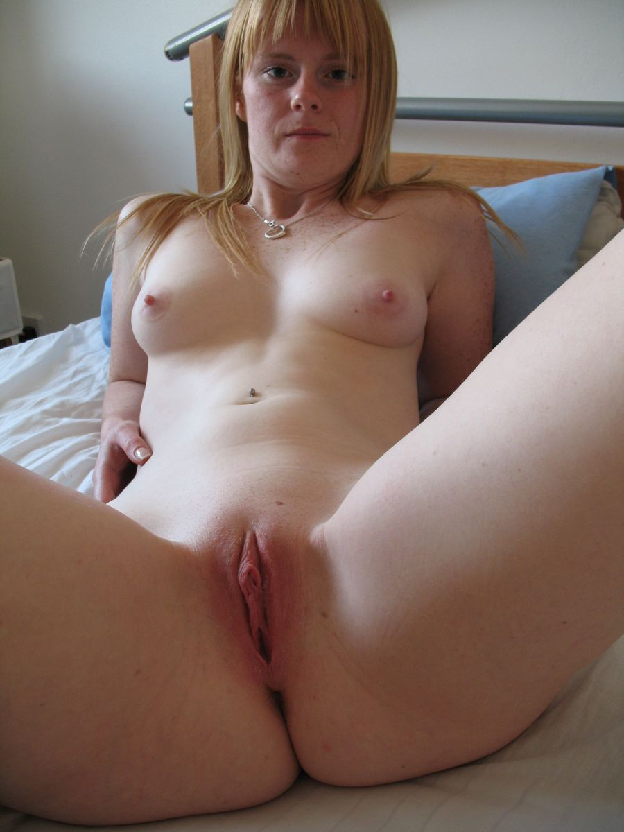 Amateur milf spreading